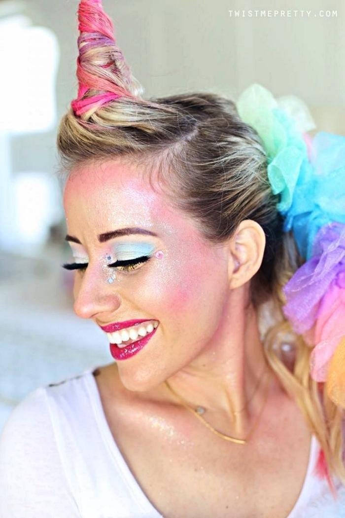 idée de maquillage halloween facile faire maison, maquillage de licorne en rose et bleu avec une peau glowy complété par une coiffure chignon corne de licorne