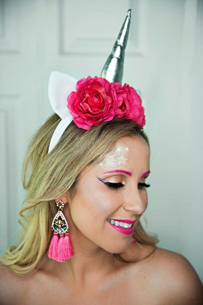 maquillage halloween simple à inspiration licorne avec trait-t'eye-liner bleu, du rose fuchsia sur les lèvres et des sourcils soulignés de rose