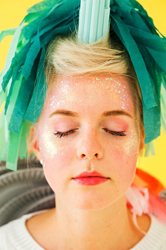 maquillage halloween simple pour un look licorne, maquillage pailleté sur les joues et le front pour un teint lumineux