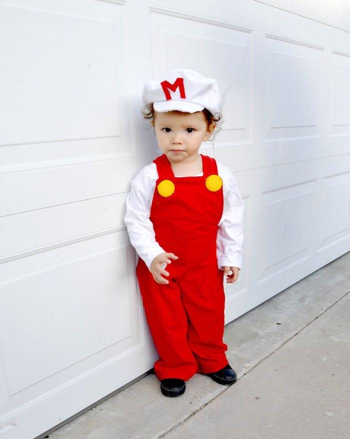 Super Mario en costume rouge deguisement bebe halloween, les costumes pour les plus petits
