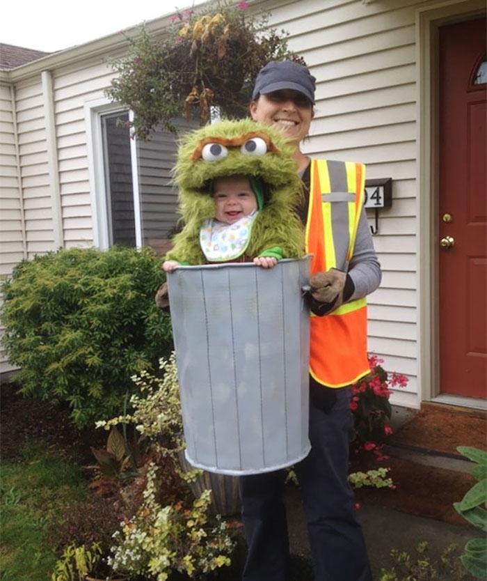 Mère qui porte son bébé déguisé comme le monstre, combinaison bébé animal, déguisement halloween pour bébé