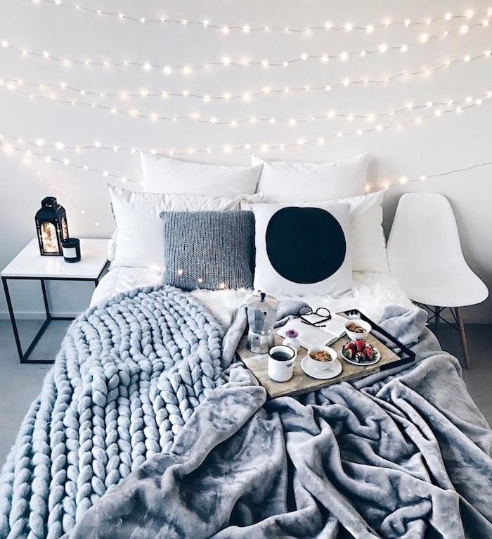 modele de chambre grise r blanche avec plaid grosses mailles gris, couverture de lit peluche grise, linge de lit blanche, tete de lit lumineuse