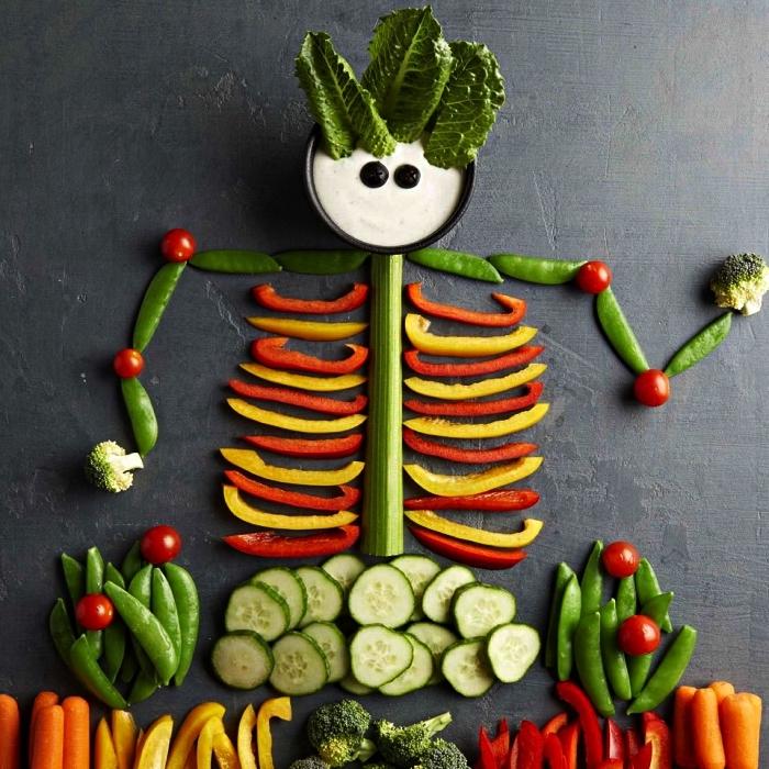 plateau de crudités en forme de squelette avec sauce apéritive, idee apero dinatoire sur le thème de halloween