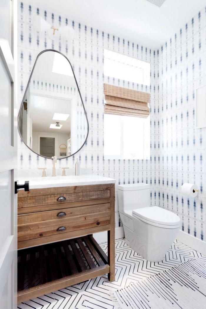 exemple comment décorer ses toilettes de façon originale, toilettes aux murs habillés en papier peint bleu et blanc
