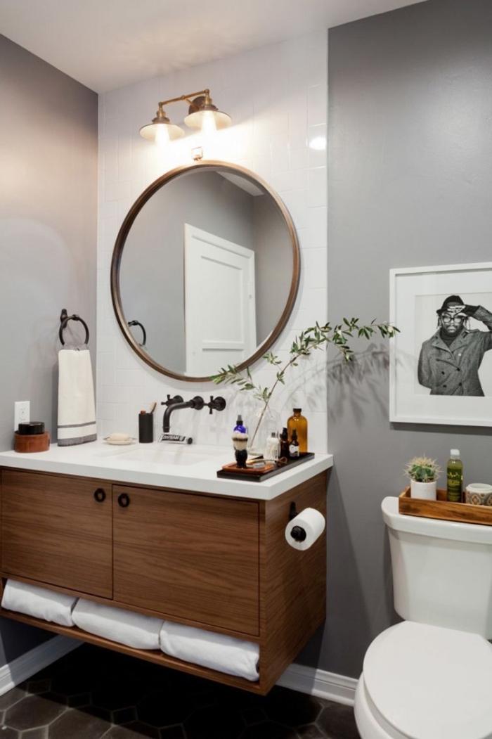 decoration wc moderne à design mural bicolore en blanc et gris clair, meuble lavabo toilette en blanc et bois