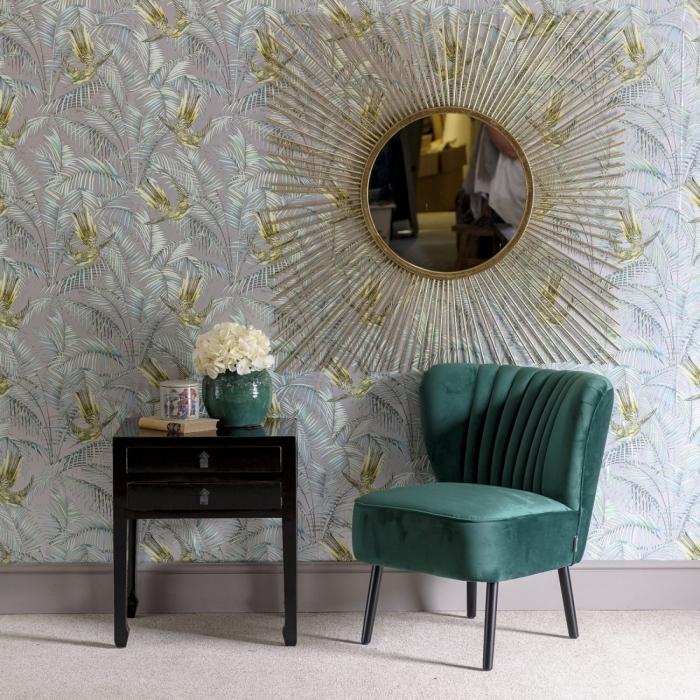 design salon luxe avec meubles en velours, modèle de fauteuil velours gris aux pieds noirs, idée miroir doré forme soleil