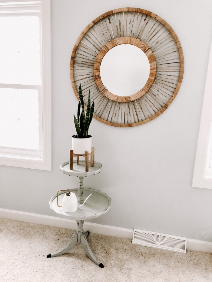 décoration salon minimaliste aux murs neutres avec fenêtres blanches et objets en bois, modèle miroir osier soleil