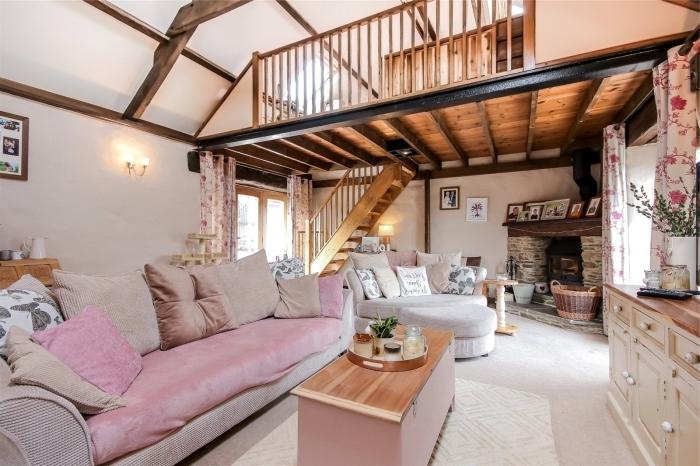 renovation maison ancienne, décoration salon campagne chic avec meubles couleurs neutres et accents bois