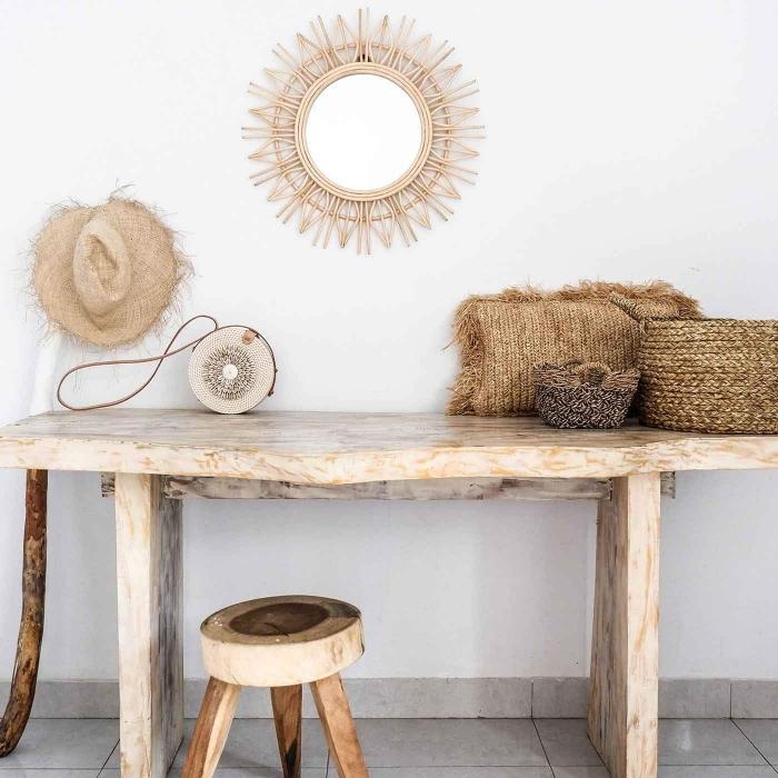 déco minimaliste et naturelle dans une pièce blanche, modèle de miroir bambou en forme de soleil, objets fait main en fibre végétale
