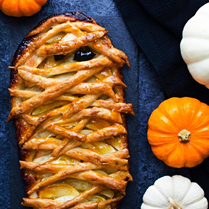 idée de gateau apero pour halloween, mini-tarte aux pommes façon momie d'halloween