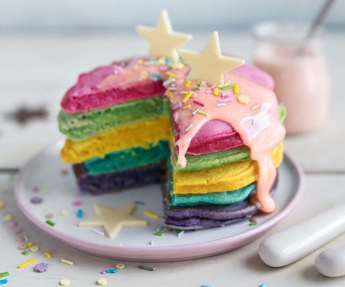 gateau de crepes, pancakes arc en ciel de couleur variées, gateau licorne d anniversaire miniature