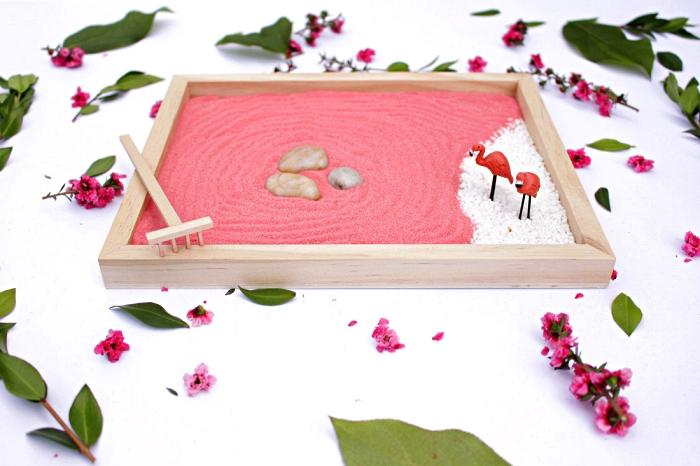 activité manuelle été, réaliser un mini-jardin zen avec du sable decoratif, des galets et des figurines flamants roses