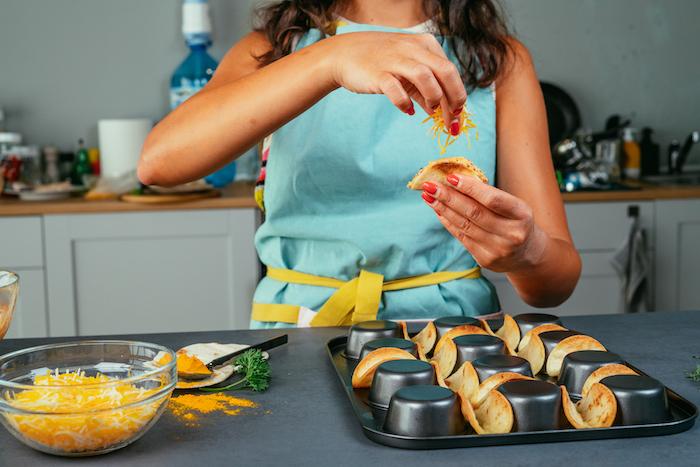 idée apéro dinatoire facile pour 10 personnes, préparer des bouchées de tacos au cheddar, poulet et légumes frais
