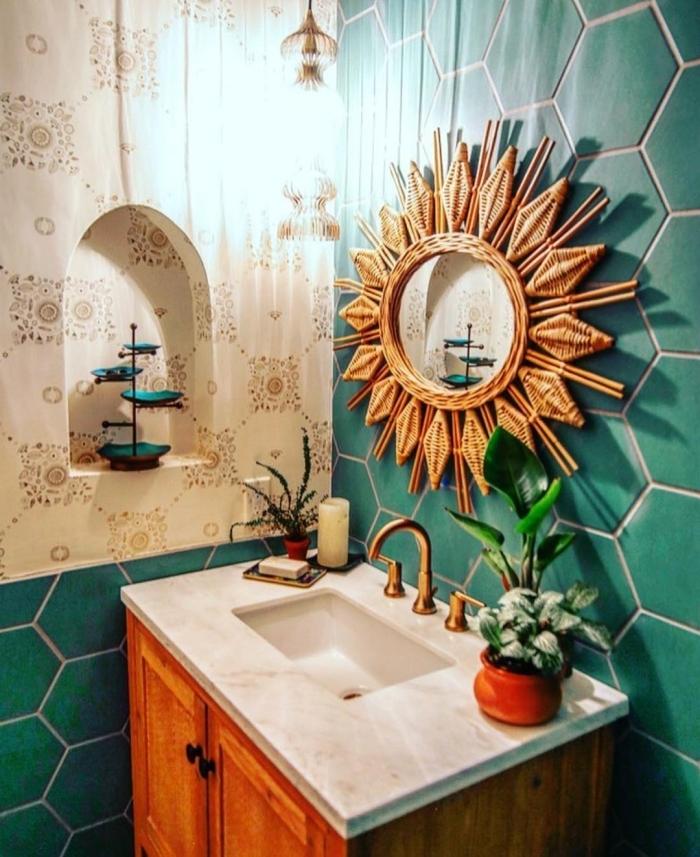 décoration salle de bain jungalow aux murs en carreaux verts, modèle de miroir bain en forme soleil bambou
