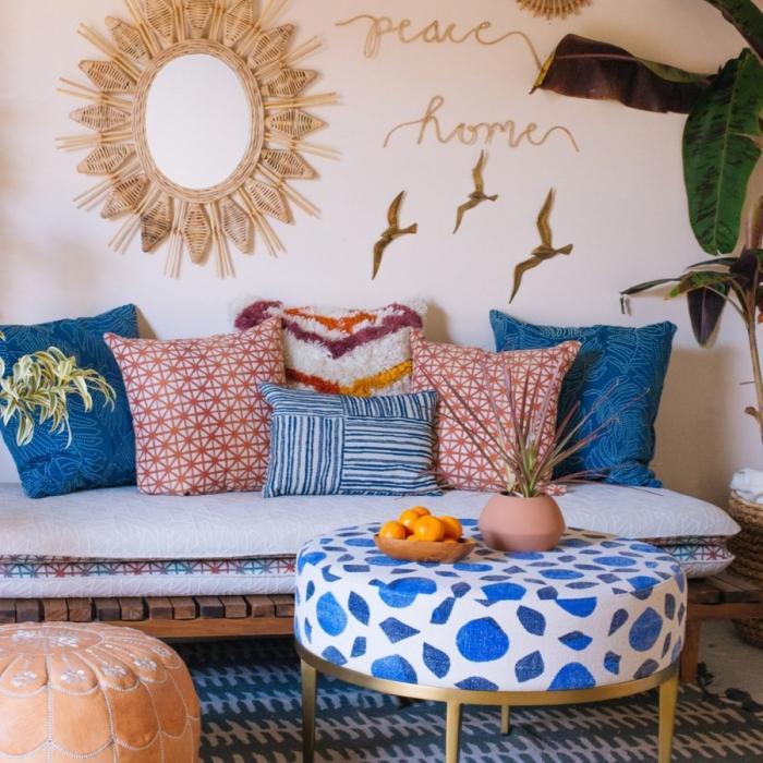 design intérieur tendance style jungalow, aménagement salon aux murs beige avec meubles en bois et métal, déco miroir rotin