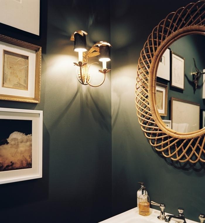 idée aménagement salle de bain exotique à murs vert foncé avec objets fibre végétal, modèle de miroir bambou