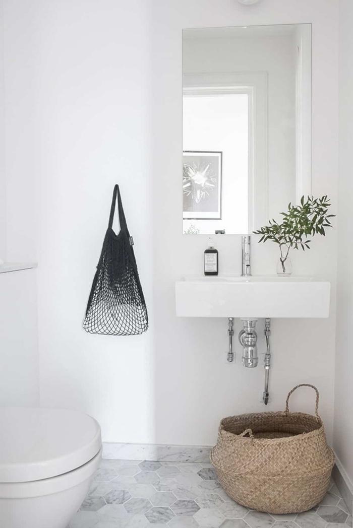 deco wc de style minimaliste aux murs blancs, exemple comment aménager ses toilettes, décoration objets en fibre végétale