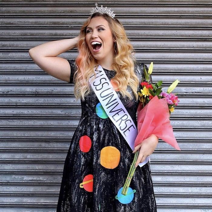 Farfelu deguisement femme, Miss Universe robe avec planettes et couronne, comment se déguiser pour halloween