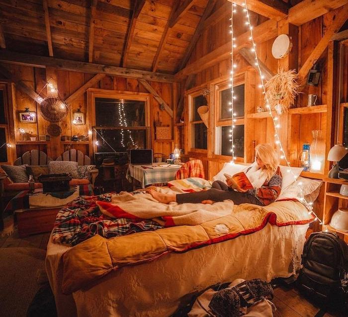 linge de lit coloré et cosy à carreaux, guirlande lumineuse interieur pour creer une ambiance tamsiée dans une chambre a coucher rustique adulte romantique, deco chalet maison en bois