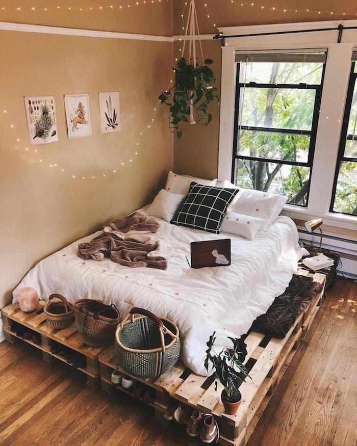 fabriquer un lit en palette pour amenager une chambre ado avec matelas blanc dessus, murs beige, guirlande lumineuse deco, bout de lit paniers tressés