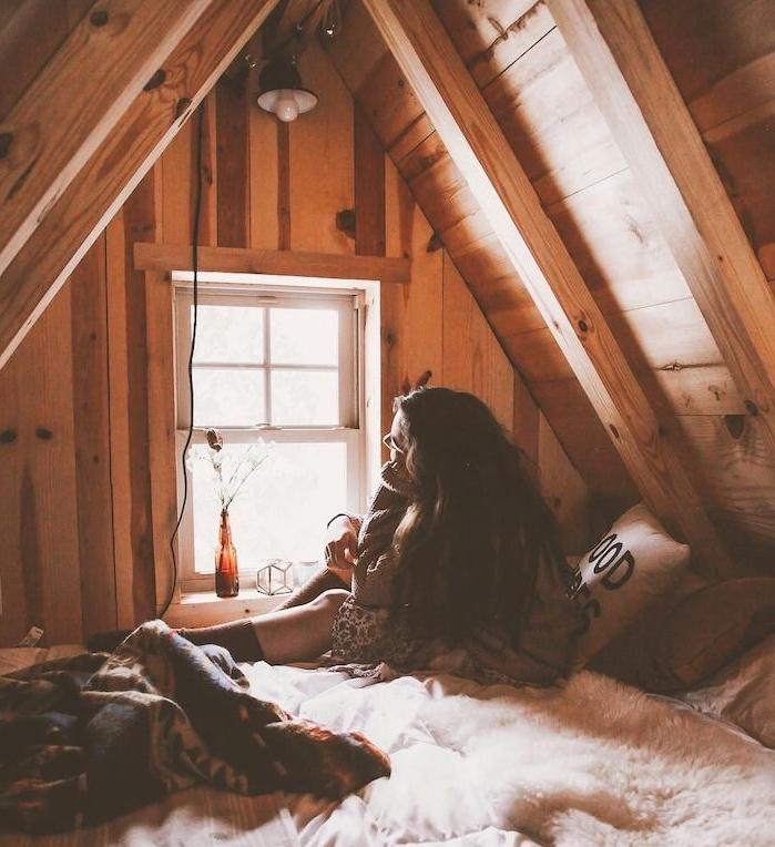 deco chambre sous comble style tumblr pinterest inspiration, murs ossature de bois, lit cosy, amenagement petite chambre 2m2