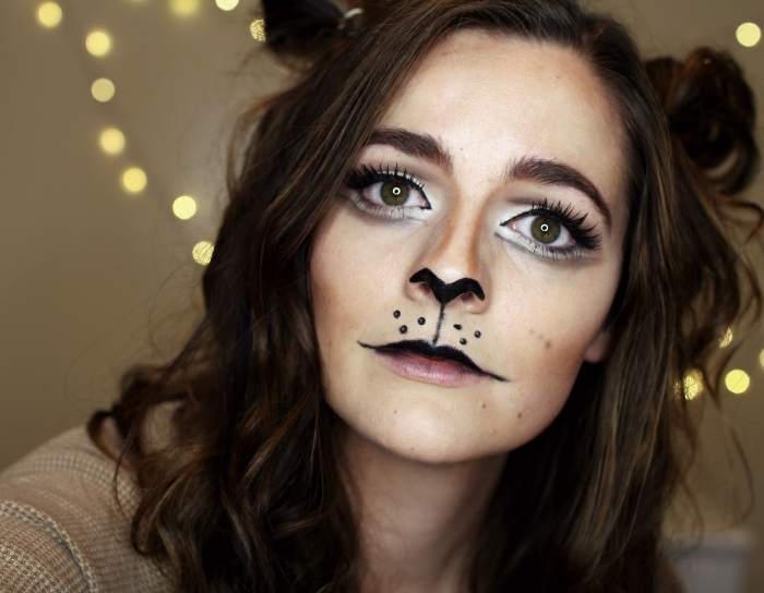 exemple de maquillage simple halloween, technique dessin sur visage avec eyeliner en forme de nez et moustaches de chat