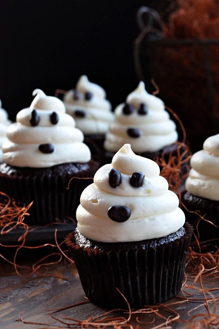 recette halloween facile de muffins au chocolat au décor de crème beurre façon fantômes d'halloween