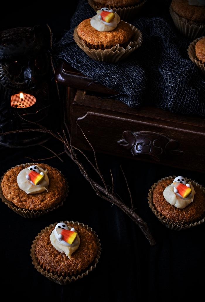recette de muffins aux carottes décorés pour l'halloween, muffins fantômes décorés de bonbons candy corn