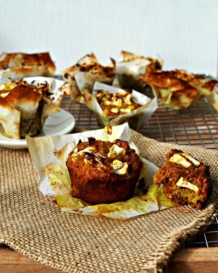 muffins complets aux pommes, noix, flocons d'avoine et à la banane, recette de petit-déjeuner healthy et équilibré