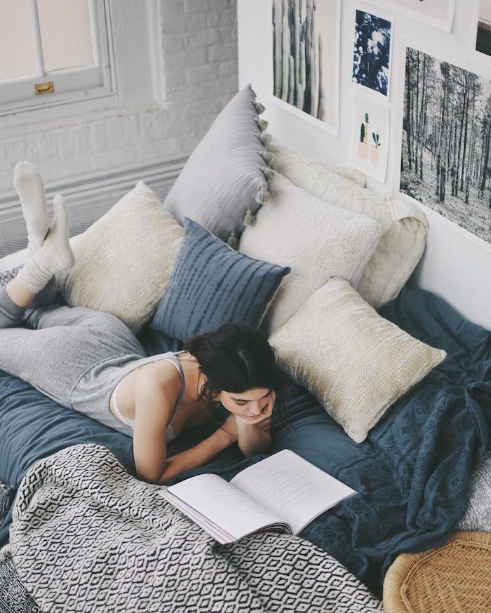 lit cocooning avec tete de lit en images noir et blanc artistique, linge de lit gris et blanc, couverture de lit noir et blanc, mur de briques blanches