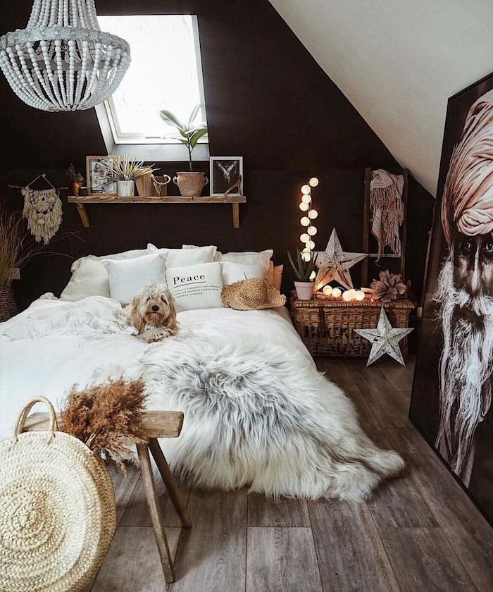 amenagement chambre sous pente originale en noir et blanc, mur de fond noir, parure lit blanche, bout deelit banc bois brut, deco orientale, portrait homme deco
