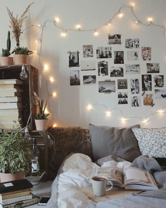 tete de lit en photographies noir et blanc entourées d une guirlande lumineuse, chevet caisse de bois etagere livres, linge maison gris et blanc