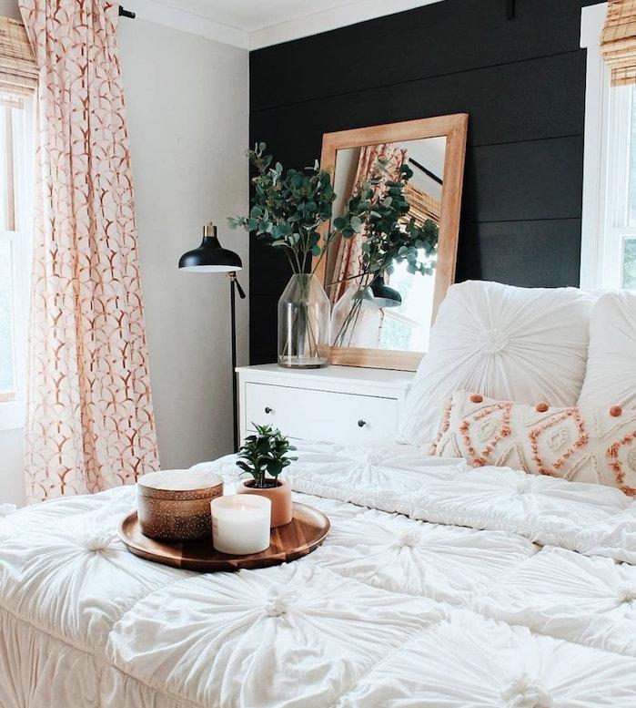 decoration chambre rustique avec mur d accent de poutres noires et linge d elit blanc, plateau de service cuivre avec plante en pot et bougie, rideau coloré, deco campagne chic
