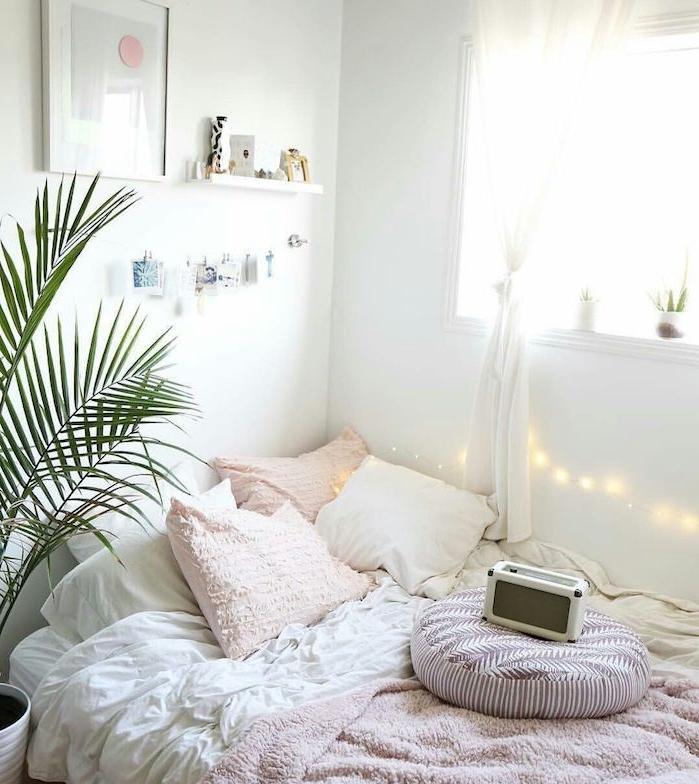 chambre rose et gris avec linge maison rose et blanc, guirlande lumienuse deco murale, murs blancs, deco nordique romantique