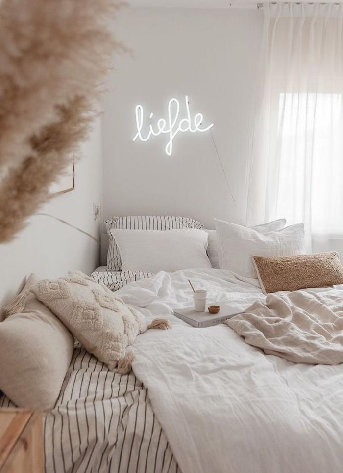 deco murale lettre neon led, linge de lit beige et blanc, rideaux blancs transparents, creer une ambiance cocooning
