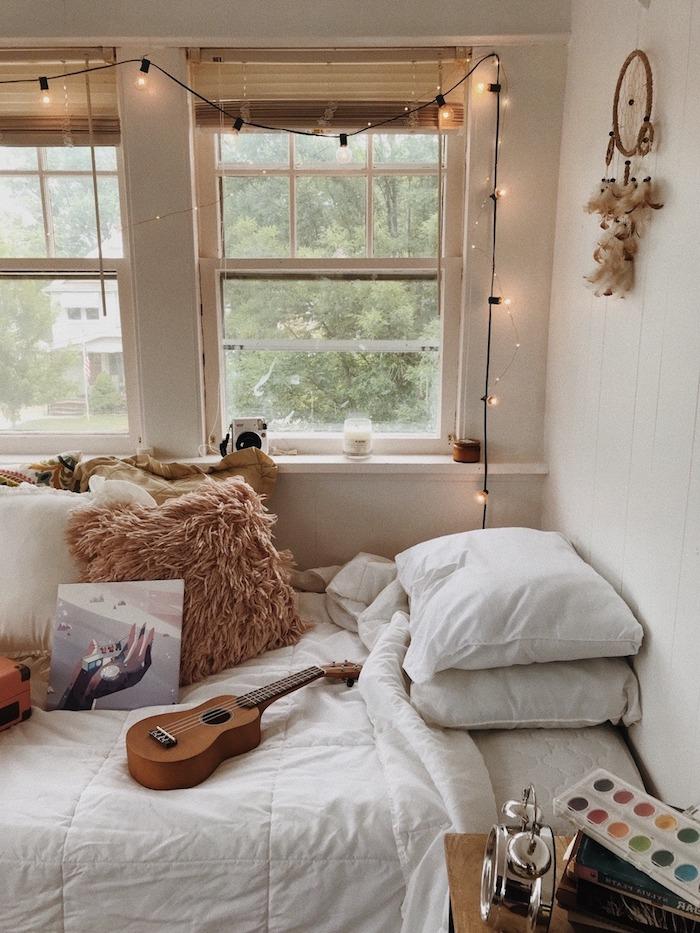 deoc nordique campagne chic sur theme musicale linge de lit blanc, guirlande lumineuse deco cadre de fenetre, mur lambris blanc, linge maison blanc, coussins decoratifs cosy
