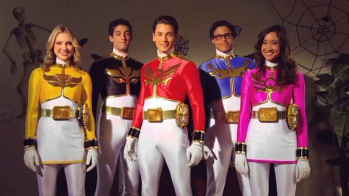 Power rangers costumes et coiffure année 90, déguisement cinéma original, idée costume coloré comme celui d'un power ranger