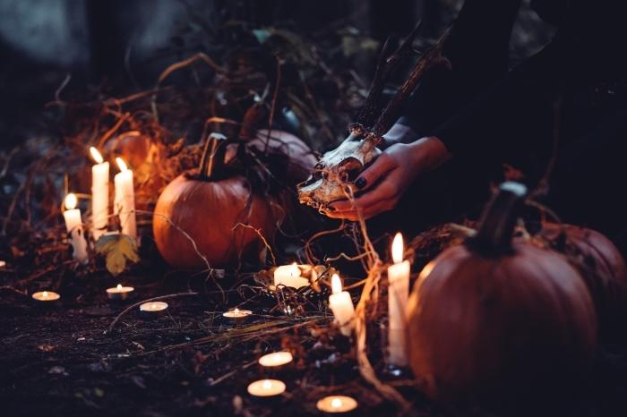 idée fond ecran halloween, wallpaper PC pour Halloween, photo magie Halloween avec sorcière et bougies allumées