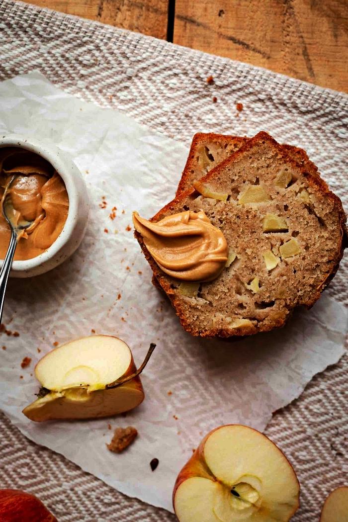 recette avec des pommes pour préparer un pain moelleux, recette de pain aux pommes et à la cannelle