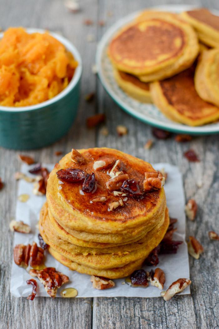 idee recette pancake healthy à la patate douce avec noix, dattes, sirop d erable, pancake sucrée simpel a faire