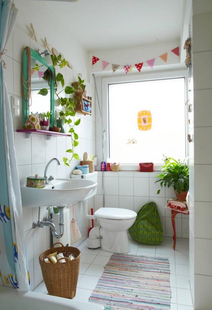 toilette deco avec objets colorés DIY, modèle toilettes blanches décorées avec plantes vertes et accessoires fait main