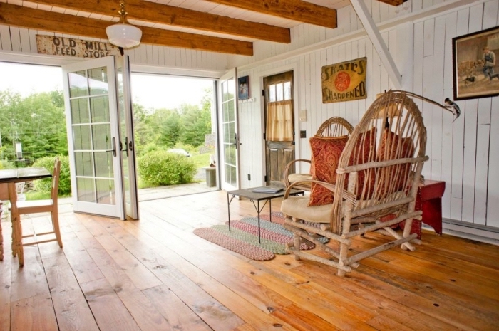 exemple de transformation grange en habitation avec véranda campagne chic, meubles terrasse bois en rotin