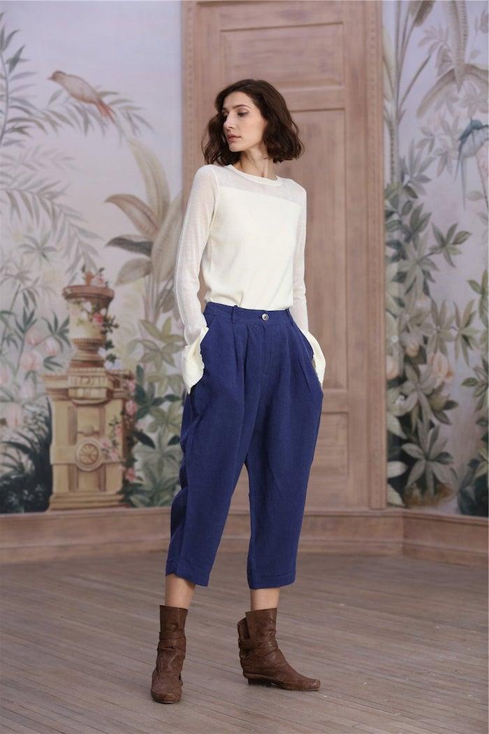 Bleu pantalon lin femme, adopter le pantalon carotte décontracté, idée comment s'habiller pour son boulot