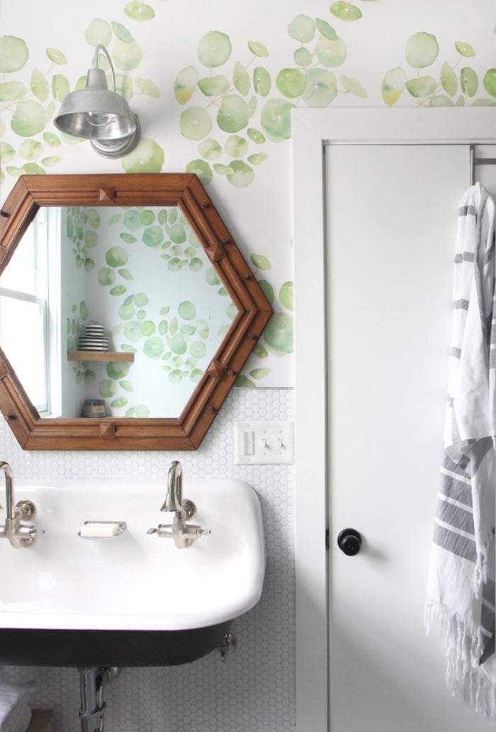 amenagement toilette petit espace, modèle papier peint toilette aux motifs fruités en vert pastel, modèle miroir cadre bois foncé