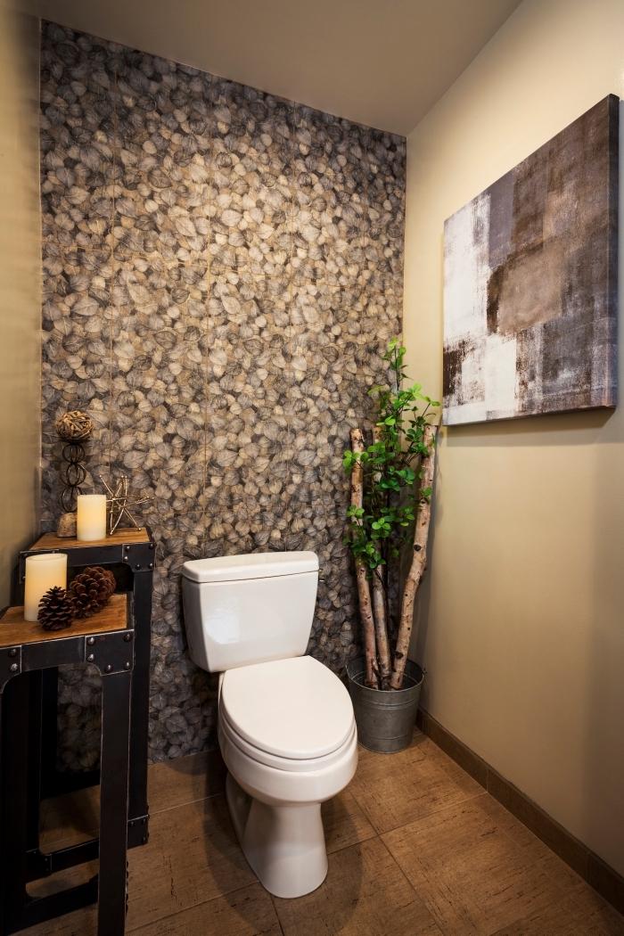 deco toilettes originales, modèle de pièce aux murs beige avec pan de mur en papier peint imperméable avec meubles bois et fer
