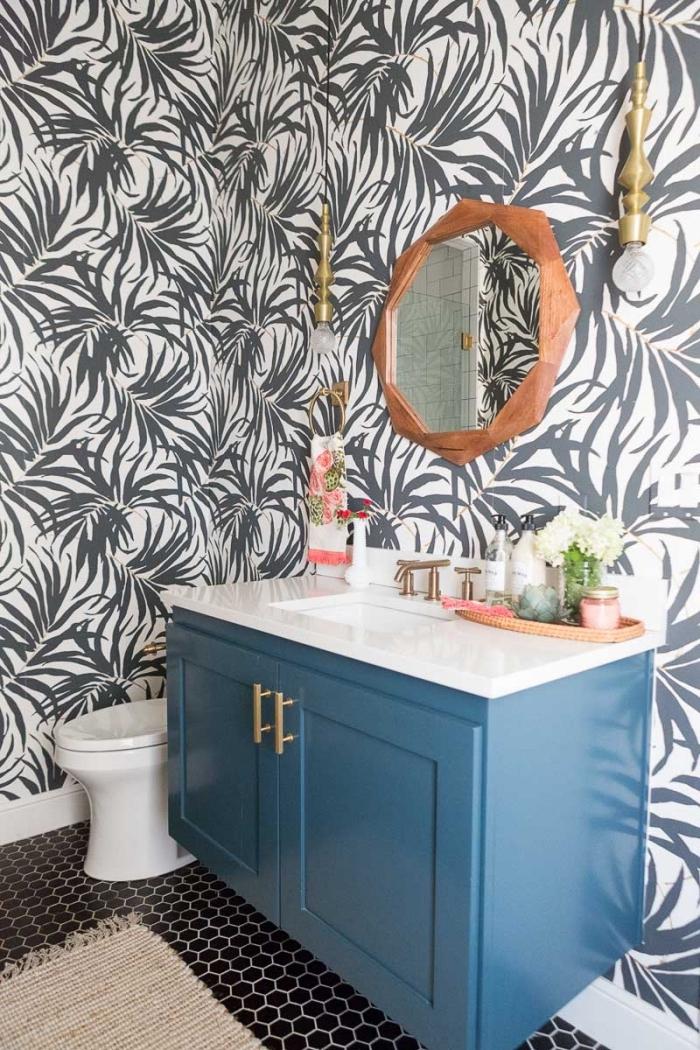 exemple comment refaire ses toilettes avec papier peint motifs tropicaux, meuble lavabo toilette recup peinture bleue