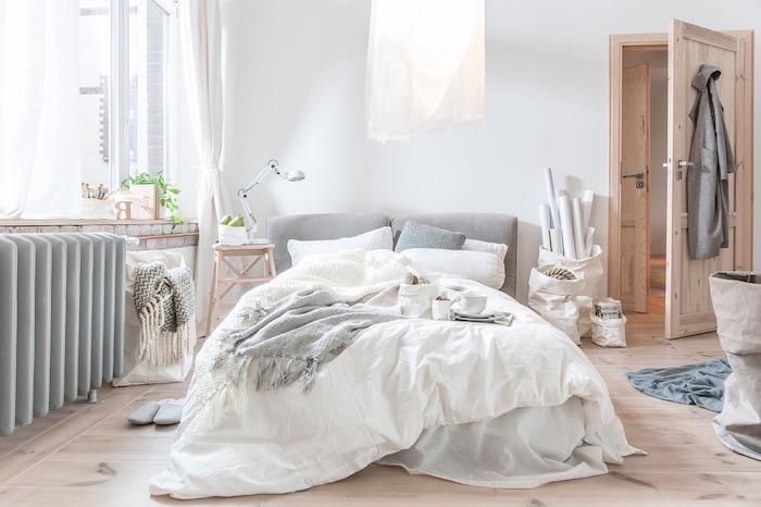 sole parquet bois clair, deco chambre grise et blanche avec suspension originale, deco nordique de chambre