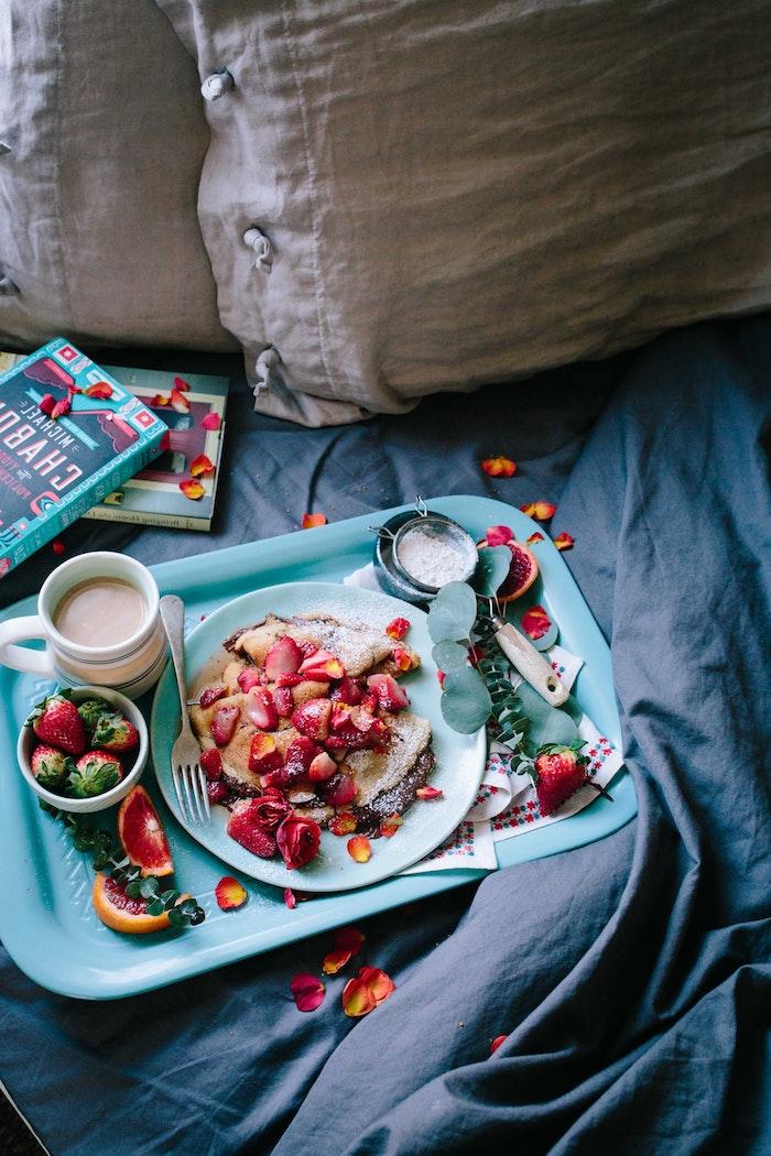 comment faire le petit dejeuner ideal soi meme, crepes maison nutella, sucre glace et tranches de fraise, image hygge