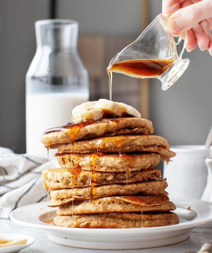 idee recette pancake healthy et facile a preparer avec farine de coco, oeufs et banane avec topping tranches de banane et sirop d erable