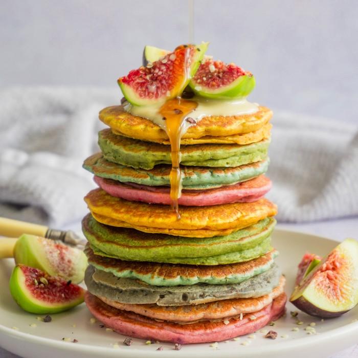 exemple pate a pancake facile, idee pancakes colorées avec colorant alimentaire servies avec sirop d erable, chocolat blanc et figues